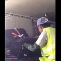 荷物を物色する空港作業員(画像は『Kuwait PAGE 2017年10月15日公開 YouTube「A CAMERA CONTROLS AN AIRPORT WORKER STEALING FROM PASSENGER BAGS」』のサムネイル)
