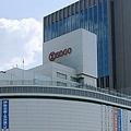 「阪神電車 三宮駅」の文字も掲げるそごう神戸店(663highlandさん撮影、Wikimedia Commonsより)