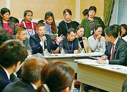 (写真)野党合同ヒアリングで国会議員らに体験や実情を語る実習生や支援団体の人たち=8日、国会内