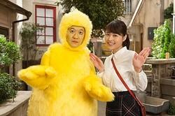コントで共演するひよこ役(!)の内村光良&有村架純  - (C)NHK
