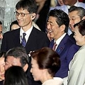 首相夫妻主催晩餐会で談笑する安倍晋三首相と昭恵夫人=23日午後、東京都千代田区(古厩正樹撮影)