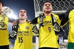 肩を組むクリスティアーノ(右)とヒシャルジソン(左)。J・サントスとM・サヴィオも含め、ブラジル人4人組は仲が良さそうだ。写真●茂木あきら(サッカーダイジェスト写真部)