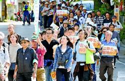 (写真)辺野古新基地建設は許さないとパレードする日本平和大会in沖縄の参加者=9日、那覇市