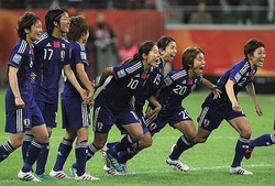 2011年W杯、澤氏(中央)らと勝利を喜ぶ岩渕(右から2番目)。当時18歳だった。 (C) Getty Images