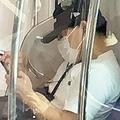 京浜東北線の車内でスマホを眺めるマスク姿の春日。いまはベビーの顔を見るのが最高の幸せ!?
