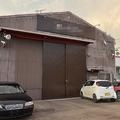 雑然と車が置かれたままの中古車販売業者の事務所=岐阜市で2020年8月31日午後6時22分、井口慎太郎撮影(画像の一部を加工しています)