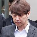 韓国の水原地裁は26日、ユチョンさんの事前拘束令状を発付した。同令状は逮捕状の請求前に容疑者の身柄を確保できるようにするためのもの。令状発付の是非をめぐる令状審査を終え、同地裁を後にするユチョンさん=(聯合ニュース)