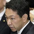 上野宏史氏がライバル議員の上に自身のポスター貼る 秘書必死になだめるも