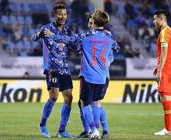 鈴木が代表初ゴールを挙げ日本に先制点をもたらす。写真:茂木あきら(サッカーダイジェスト写真部)