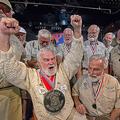 米フロリダ州キーウエストで行われたヘミングウェーのそっくりさんコンテストで優勝したジョー・マクシーさん(左から2人目、2019年7月20日撮影)。(c)AFP=時事/AFPBB News