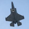 ホワイトハウス上空を飛行する戦闘機F35=12日、ワシントン、ランハム裕子撮影