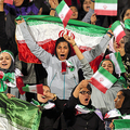 テヘランのスタジアムで2018年10月、当局から許可を得てイラン対ボリビアのサッカー親善試合を観戦するイランの女性たち=AP