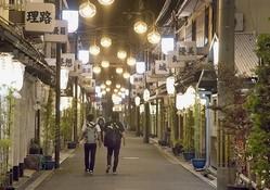 普段は店から漏れるピンク色の光が溢れる飛田新地だが、G20期間中は街灯の光だけが寂しく浮かんでいた
