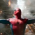 そんなことしちゃ危ないよ - 画像は映画『スパイダーマン:ホームカミング』より  - Columbia Pictures / Photofest / ゲッティ イメージズ