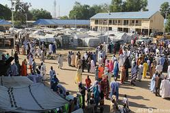 ナイジェリア・ボルノ州マイドゥグリに近いマフォニ国内避難民キャンプで地方選挙の投票所に並ぶ有権者ら(2020年11月28日撮影)。(c)Audu MARTE / AFP