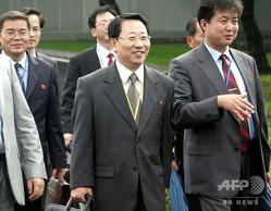南北軍事境界線上の板門店で行われた「経済・エネルギー協力」作業部会に出席した北朝鮮の金明吉(キム・ミョンギル)氏(中央、2007年8月8日撮影、資料写真)。(c)AHN YOUNG-JOON / POOL / AFP