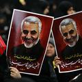 レバノンの首都ベイルートで、ガセム・ソレイマニ司令官を掲げるイスラム教シーア派政党・武装組織ヒズボラの支持者(2020年1月5日撮影、資料写真)。(c)ANWAR AMRO / AFP