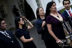 米ホワイトハウスの大統領執務室を訪問した後、記者会見に出席する脱北者のグレース・ジョーさん(左から2人目、2019年11月7日撮影)。(c)Brendan Smialowski / AFP