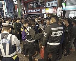 今年の渋谷ハロウィンは、警察と協力する民間会社の警備員の姿が多数見られた