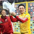 サッカーJ1の仙台—大分戦後、仙台の関口訓充選手(左)から花束を贈られる、プロ野球楽天を退団し、ヤクルトに移籍する嶋基宏選手=30日、ユアテックスタジアム仙台