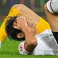 ケビン・トラップ(後ろ)と交錯してピッチに倒れ込んだ長谷部誠【写真:Getty Images】