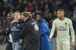 18-19フランス・リーグ1第30節、トゥールーズ対パリ・サンジェルマン。ピッチに侵入しパリ・サンジェルマンのキリアン・エムバペ(右)に近づくも、警備員に取り押さえられるファン(左から2人目、2019年3月31日撮影)。(c)Pascal PAVANI / AFP