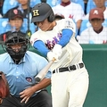 7回、花咲徳栄・菅原は死球の取り消しを訴えた後に同点本塁打を放つ=11日、甲子園