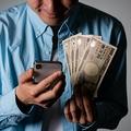 夫の浪費で家計がまわらないというママたちに話を聞きました(aijiro/stock.adobe.com)
