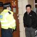 英ロンドンのミャンマー大使館から閉め出され、大使館前に立つチョー・ズア・ミン駐英ミャンマー大使(中央、2021年4月7日撮影)。(c)Niklas HALLE'N / AFP
