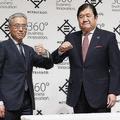 記者会見後、写真に納まる三井物産の堀健一次期社長(左)と安永竜夫社長