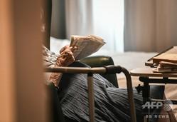 仏パリにある高齢者施設の入居者(2018年7月5日撮影、資料写真)。(c)STEPHANE DE SAKUTIN / AFP