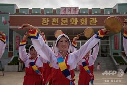 北朝鮮・平壌の寺洞区域に設けられた地方選の投票所前で、踊りを披露するダンサーたち(2019年7月21日撮影)。(c)Kim Won Jin / AFP
