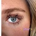 まつ毛美容液が効きすぎてしまった女性(画像は『kam willoughby 2021年2月27日付TikTok「#greenscreen #eyelashtutorial #VideoSnapChallenge」』のスクリーンショット)