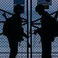 韓国・延坪島の北朝鮮側に設置されたフェンスの側に立つ韓国軍兵士(2020年4月24日撮影、資料写真)。(c)Ed JONES / AFP