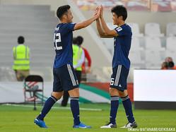 試合後、DF冨安健洋とハイタッチするDF吉田麻也