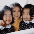 '69年、双子の妹さんたちとNY郊外へドライブに。(提供:宮内庁)