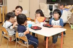 ご飯の時間。キッズパラダイスでは昼と夜に希望者に給食が出る。キッズパラダイス http://www.kids-p.net