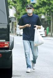 帰宅する途中、コンビニに立ち寄り、買い物を済ませた有吉弘行。忙しい毎日だが、私生活は意外と地味だ