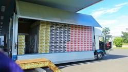 トラックの荷台には、運転手が自ら荷物を手積みする