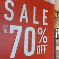 人気のショッピングモール内の70%割引セールサイン
