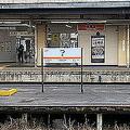 ぱっと見「?」に見える駅名看板 JR東海の三重県「つ」駅