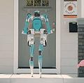 玄関まで「完全無人」で宅配 フォードが二足歩行ロボットを発表