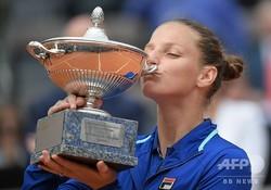 テニス、イタリア国際、女子シングルス決勝。トロフィーにキスするカロリーナ・プリスコバ(2019年5月19日撮影)。(c)Tiziana FABI / AFP
