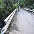 行方不明になっている小倉美咲さんが最後に目撃された付近の橋。下は沢が流れている=9月25日、山梨県道志村(渡辺浩撮影)