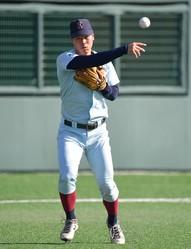 軽快な動きで打球を処理する近大・佐藤輝明(撮影・神子素慎一)