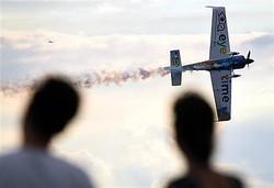 大勢の観客を惹きつけたエアレース。機体はフランスのミカ・ブラジョー=7日午後、千葉・美浜区の幕張海浜公園(酒巻俊介撮影)