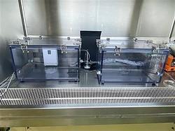 新型コロナウイルスを塗布したステンレスプレートが入った密閉容器。左側の容器内にオゾンガスを噴霧したところ、ウイルスの無害化が確認された(奈良県立医科大学提供)