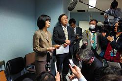 北海道感染症危機管理対策本部会議の後、報道陣の取材を受ける道地域保健課の築島恵理課長(左)=2020年2月14日午後9時38分、北海道庁