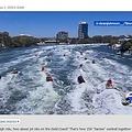 サンタが乗ったジェットスキーが一斉に走り出す(画像は『ABC7 News 2020年12月2日付「150 'Santas' on jet skis aim to bring foster children presents in Australia」』のスクリーンショット)