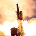 北朝鮮の国営朝鮮中央通信(KCNA)が公開した、「超大型多連装ロケット砲」の発射実験を捉えたとする写真(2019年11月29日公開)。(c)AFP PHOTO/KCNA VIA KNS